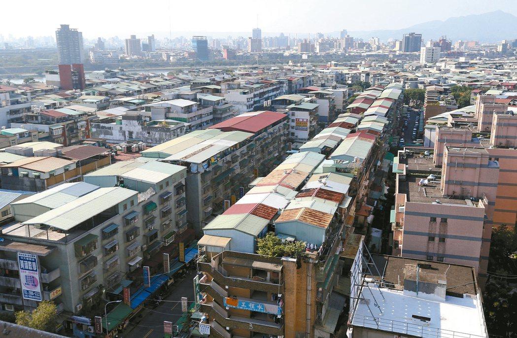 過去公寓頂樓加蓋使用面積大是房價誘因,如今反而有違建報拆疑慮,也是公寓跌深的原因...