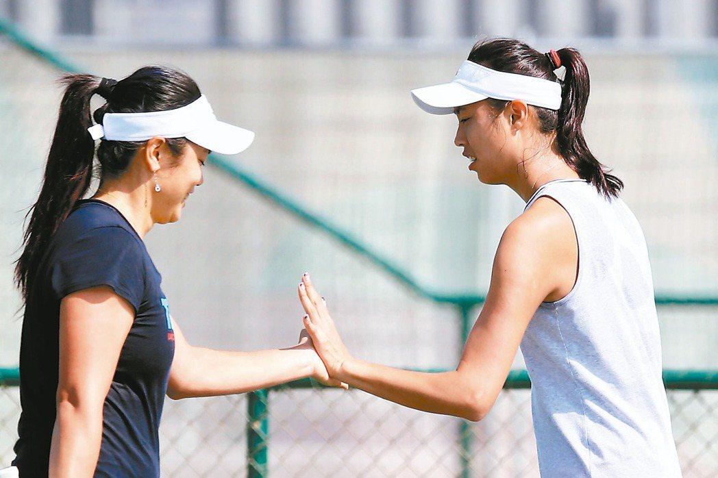 有機會在女雙賽搶牌的詹家姐妹,在里約加緊練習。