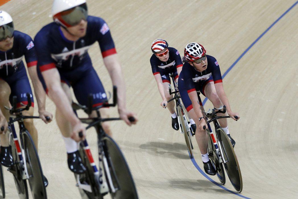 自由車場地賽選手形容,由於全新賽道的拋光木製地板又軟又黏,今年里約奧運可能難以出...