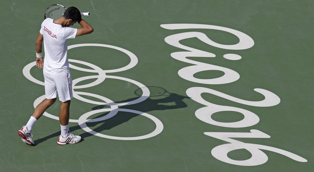 約克維奇今天在里約網球場熱身練球,身穿塞爾維亞的國家衣服。美聯社