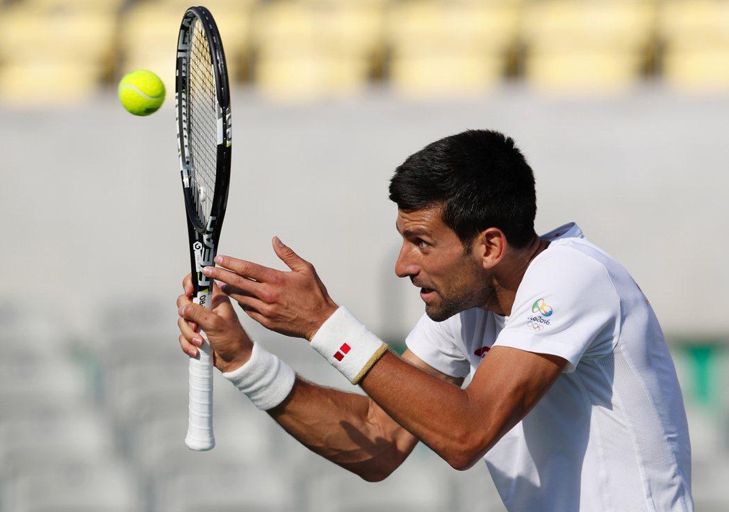 約克維奇今天在里約網球場熱身練球,被捕捉到奇怪的動作。美聯社