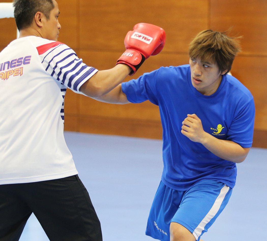 里約奧運賽事即將舉行,我拳擊代表隊選手陳念琴(右)在拳擊練習室內積極準備。特派記...