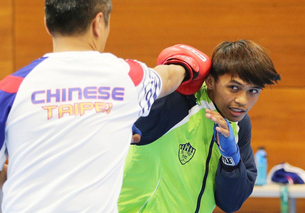 里約奧運賽事即將舉行,我拳擊代表隊選手賴主恩(右)在拳擊練習室內積極準備。特派記...