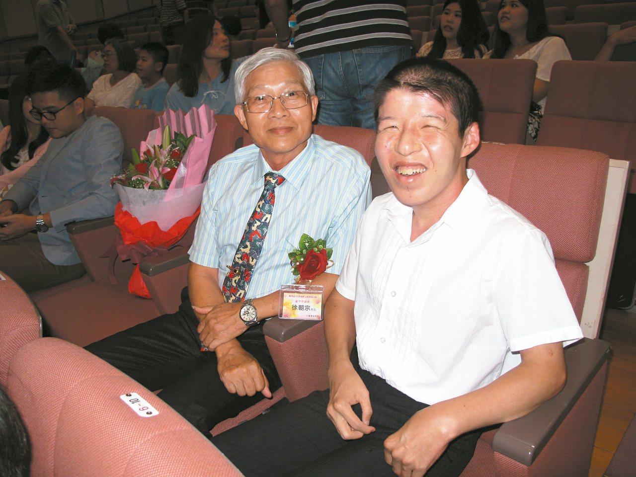 徐朝宗(左)撫育腦麻兒子小綱34年,日前獲省府表揚。 圖/徐朝宗提供