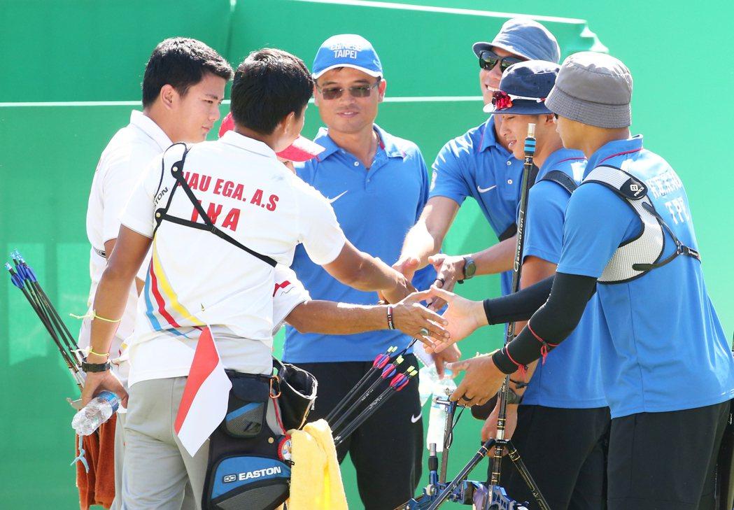 中華男子射箭團體站上午舉行,對上印尼隊不幸敗陣,雙方賽後禮貌地相互加油、打氣,展...