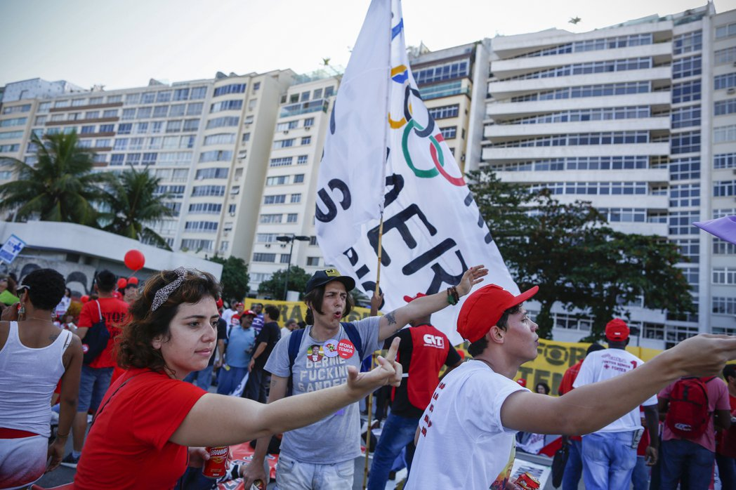 約3000名民眾占領柯帕加巴納海灘(Copacabana)繁忙的街道抗議。 圖/...