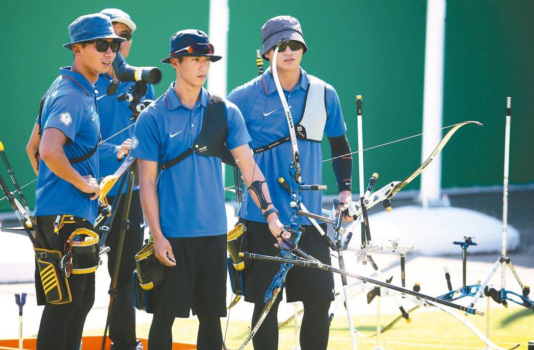 中華男子射箭隊員魏均珩(右起)、余冠燐、高浩文,在團體對抗賽首輪出局。 特派記者...