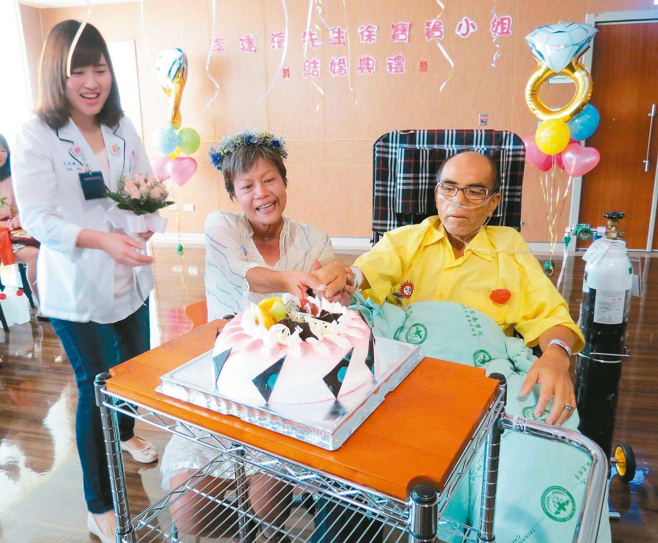 罹患乳癌的徐小姐(左二)和癌末的李先生在病房完成婚禮,新郎努力和新娘切蛋糕,和親...