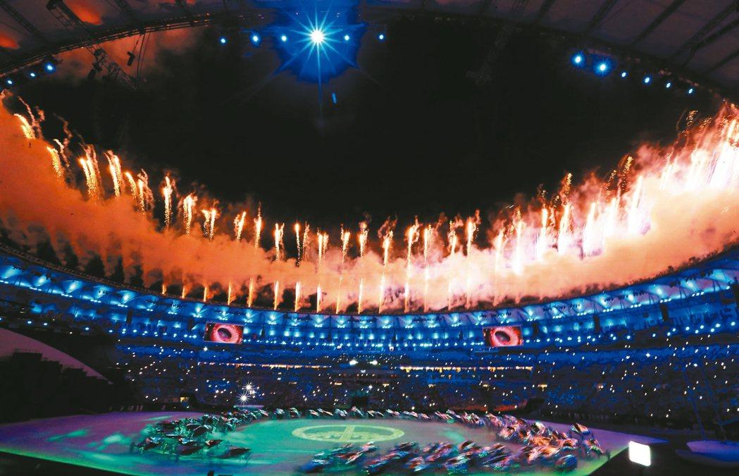 圖為里約奧運開幕典禮表演節目,美麗的煙火照亮夜空。 聯合報系資料照