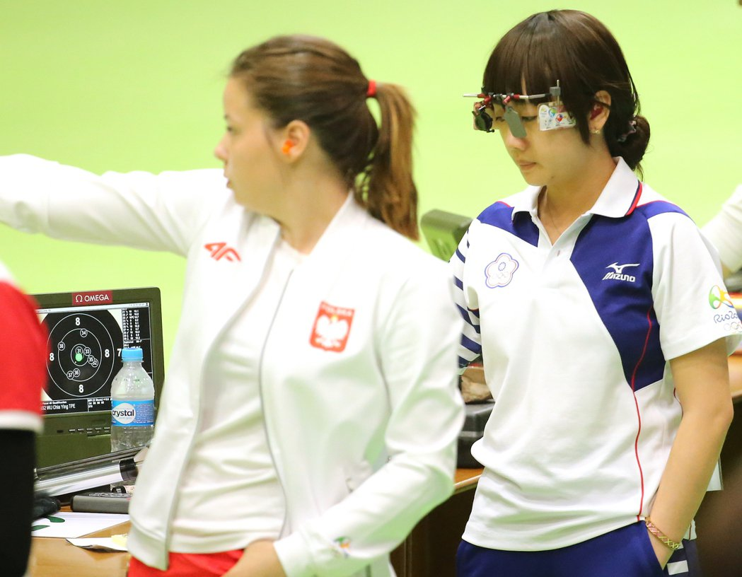 奧運女子十公尺空氣手槍早上在奧林匹克射箭中心進行比賽,我國選手吳佳穎(右)打出3...