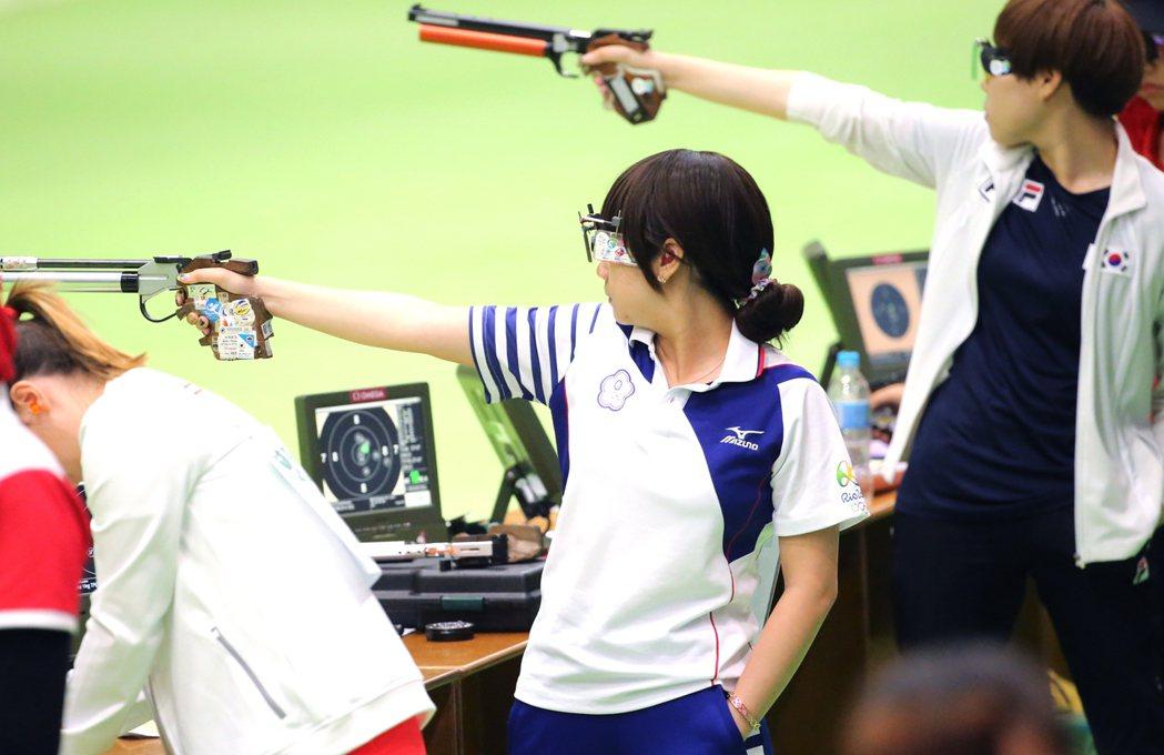 奧運女子十公尺空氣手槍早上在奧林匹克射箭中心進行比賽,我國選手吳佳穎(中)打出3...