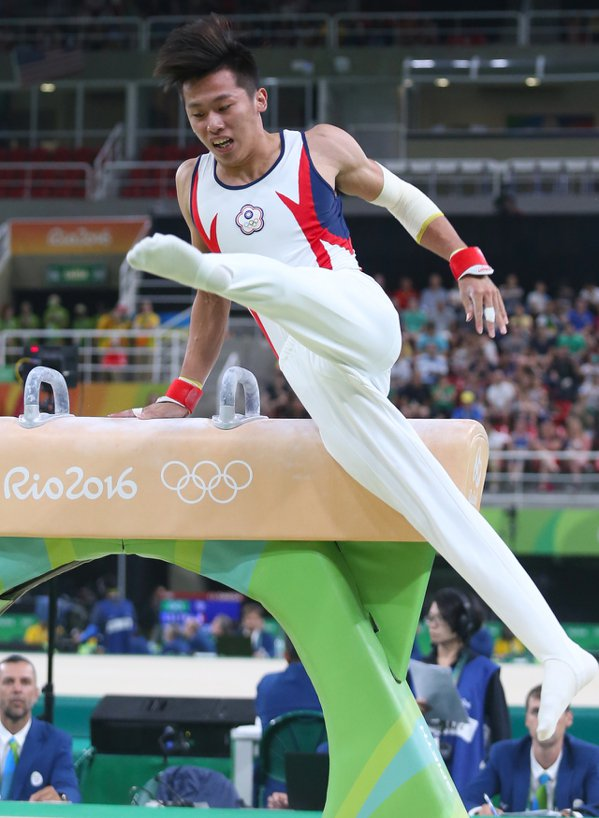 睽違16年再度代表台灣出戰奧運的體操國手李智凱下午出賽,不慎失足滑落,只在鞍馬項...