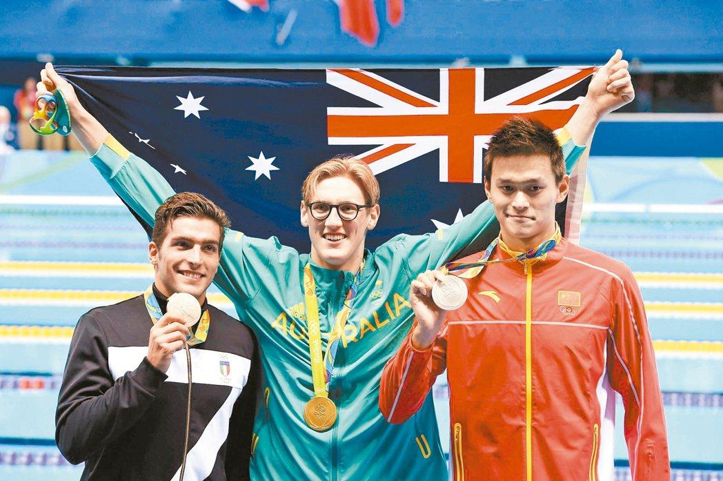 里約奧運在開幕後首日共頒出12面金牌,澳洲靠著游泳搶下兩金,第一金是霍爾頓(中)...