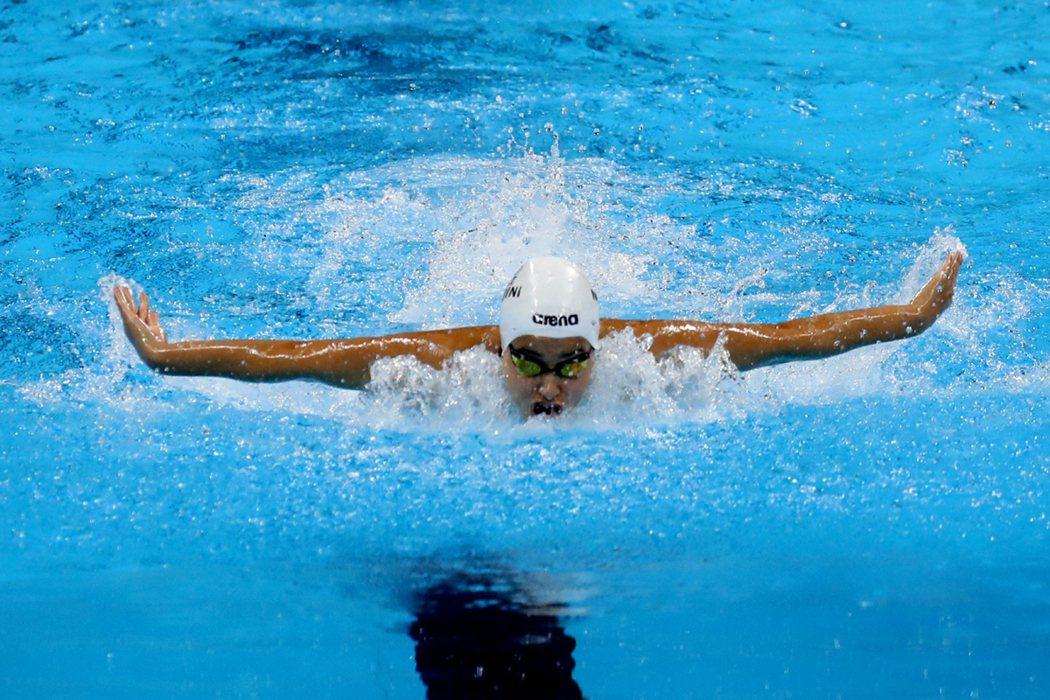 代表史上首支奧運難民隊的18歲少女馬迪尼,今天在100公尺蝶式5人預賽中奪冠。 ...