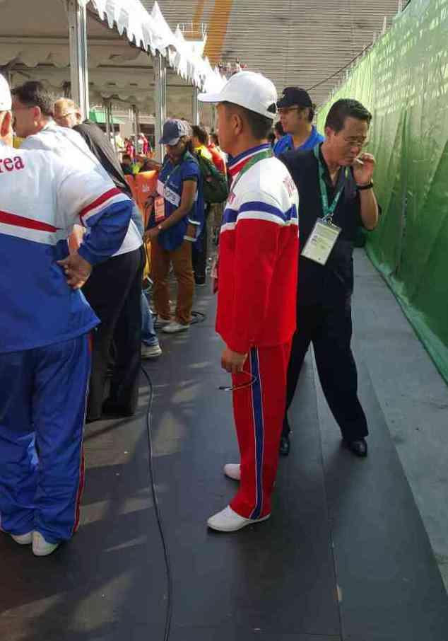 一名北韓人員居然在比賽現場抽菸,當時比賽還在進行中。特派記者彭薇霓/里約6日電