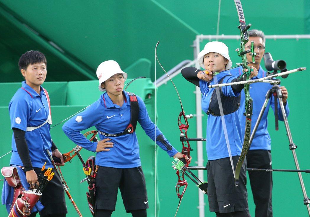 里約奧運女子團體射箭結果傍晚出爐,我國選手雷千瑩(左起)、譚雅婷、林詩嘉以5:3...
