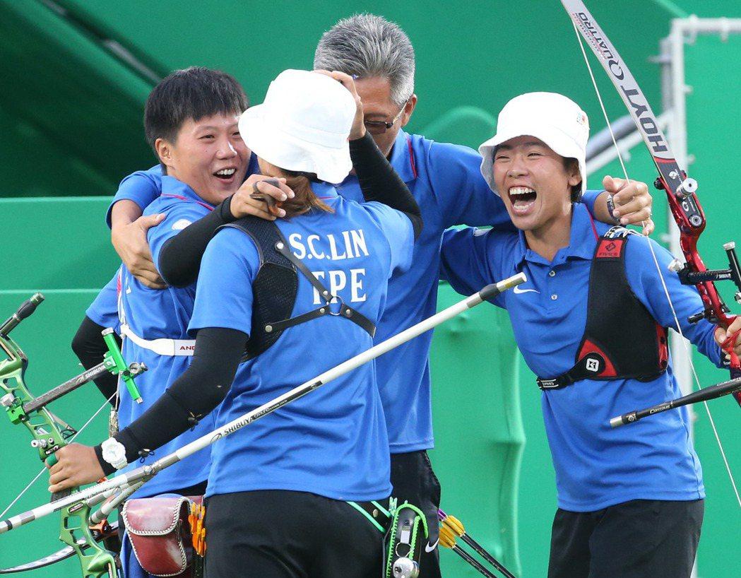 里約奧運女子團體射箭結果傍晚出爐,我國選手雷千瑩(左起)、林詩嘉、譚雅婷以5:3...
