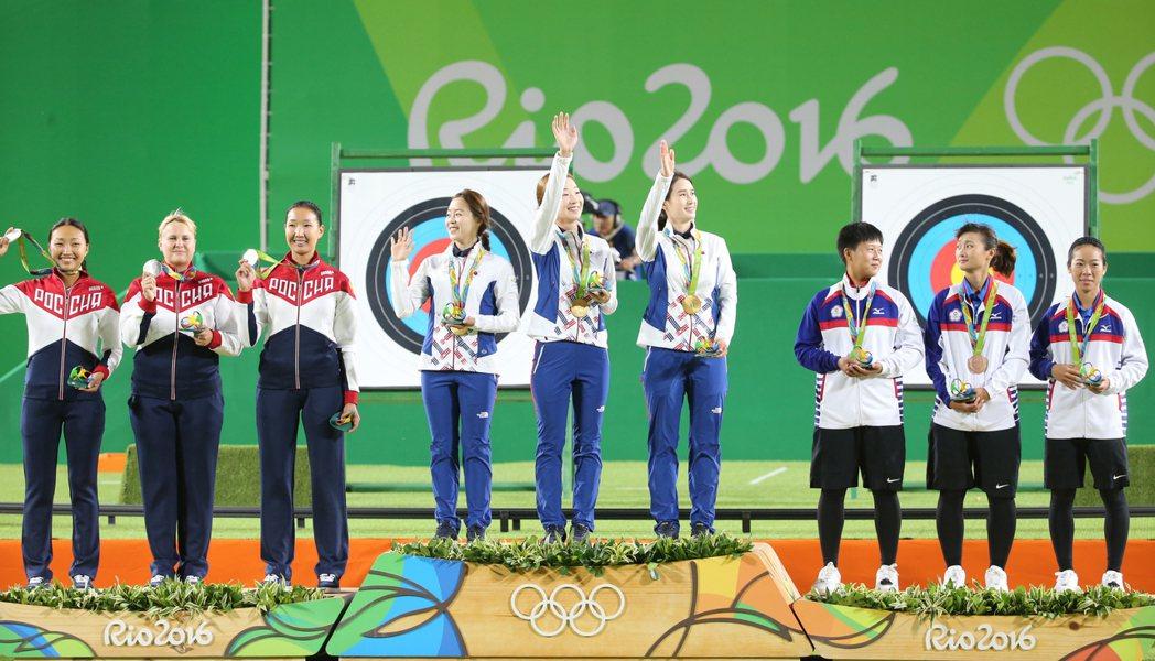 里約奧運女子團體射箭項目,中華隊譚雅婷、雷千瑩、林詩嘉在四強賽敗給強敵南韓,最後...