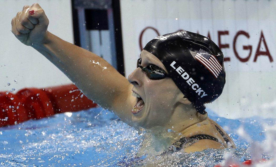 美國「天才少女」萊德基在女子400公尺自由式決賽一路領先世界紀錄線一個身體的距離...