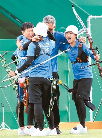 奪銅後,三女將與教練倪大智抱在一起慶祝(見圖)。 記者陳正興/攝影
