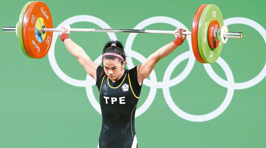 里約奧運女子53公斤級舉重賽事舉行,台灣選手許淑淨以抓舉100公斤、挺舉112公...
