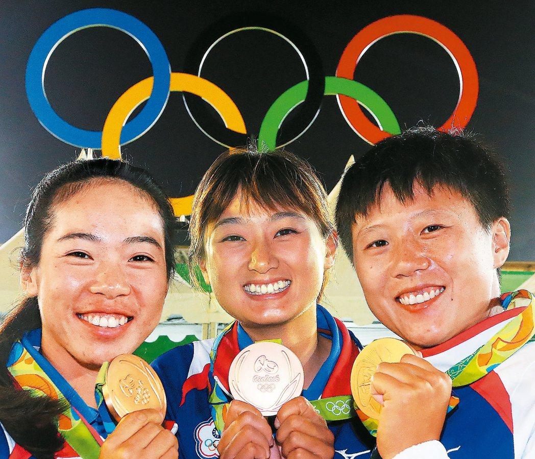 女子團體射箭,中華隊譚雅婷(左起)、林詩嘉、雷千瑩在四強賽敗給強敵南韓,在銅牌戰...