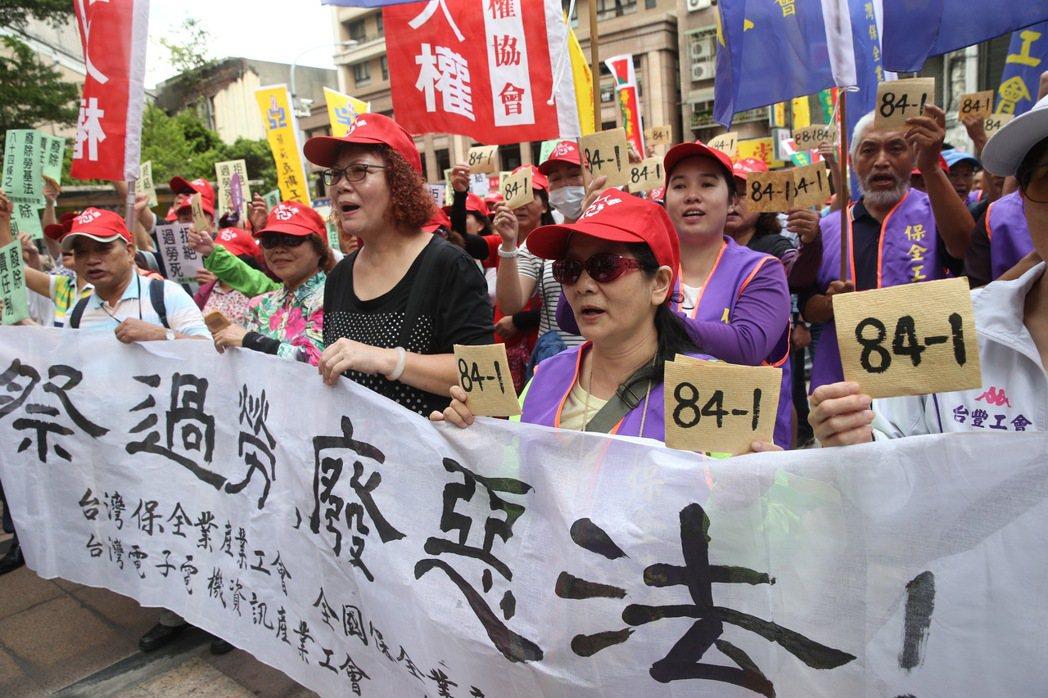 勞工團體至勞動部前抗議,要求政府立即廢除勞基法第84條之1,全面回歸每天八小時,...