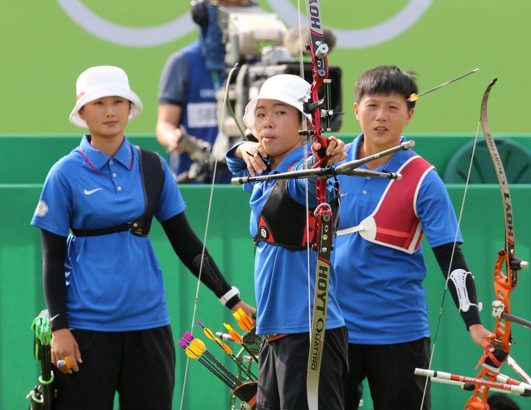 奧運射箭女子團體賽,我代表隊以一分之差險勝墨西哥隊,闖進四強。第一棒譚雅婷(中)...