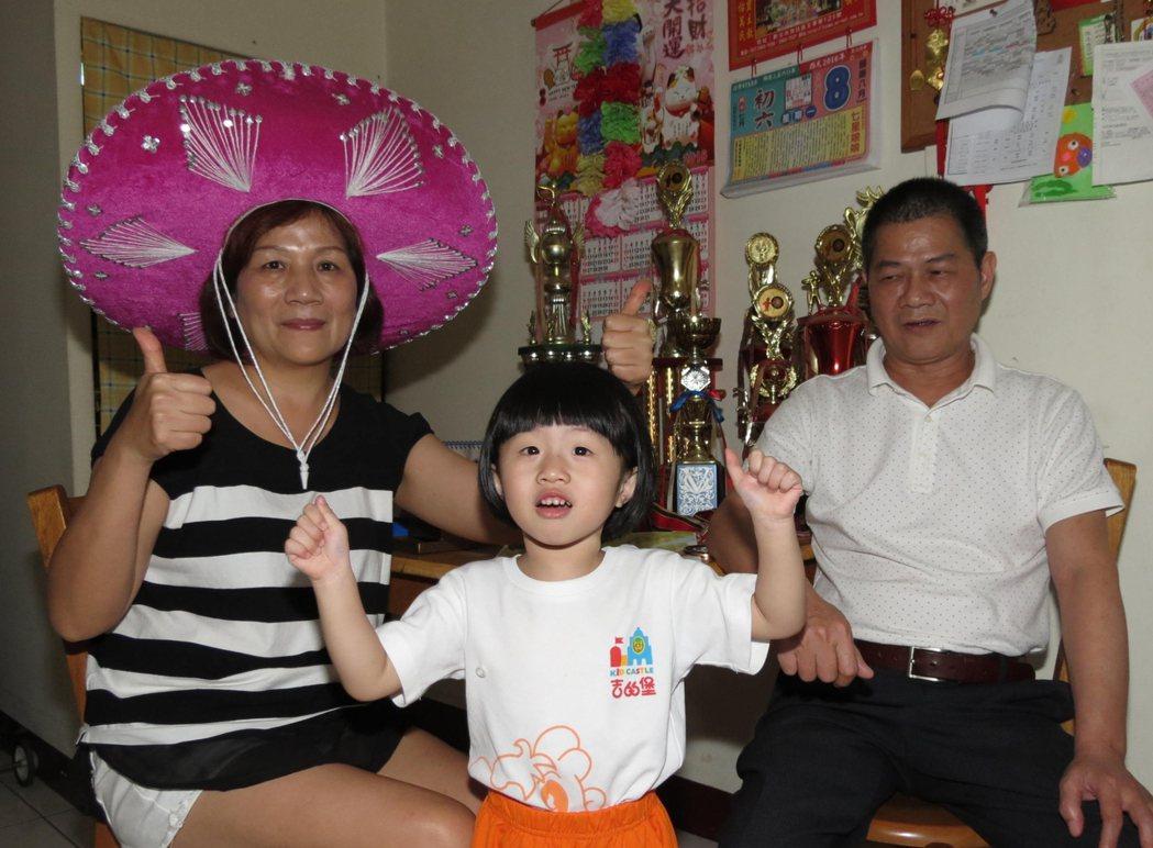 射箭好手雷千瑩在奧運奪得銅牌,她的爸媽徹夜觀看轉播,4歲外甥女蕭絜予(中)不斷喊...