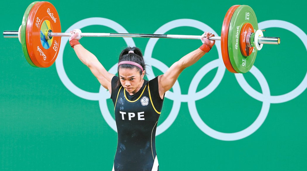我國舉重女將許淑淨帶傷出賽,在里約奧運女子五十三公斤級,以抓舉一○○公斤、挺舉一...