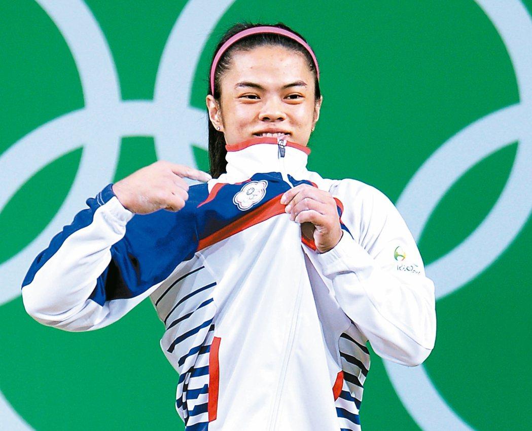 我國選手許淑淨奧運奪金,指著中華奧會會徽,向世界展示她來自台灣。 特派記者陳正興...
