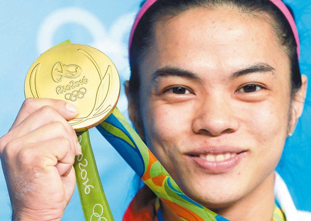 許淑淨在里約奧運舉重女子五十三公斤級摘金,露出笑容展示金牌。 特派記者陳正興/攝...