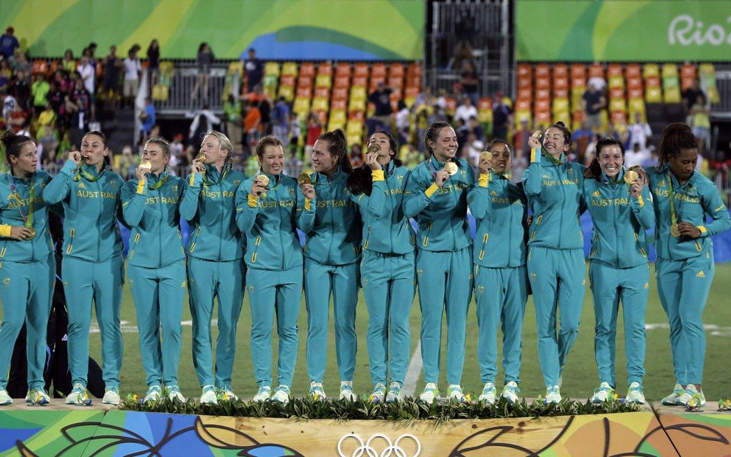 澳洲女子隊在決賽,以24:17擊敗紐西蘭隊,奪下七人制橄欖球重返奧運後的首金。 ...