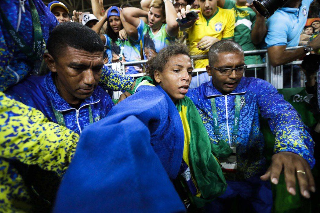 出生在里約貧民窟的巴西柔道女將席爾瓦奪金成為英雄。 美聯社