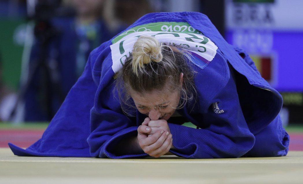 確定奪金後席爾瓦感動的跪地哭泣。 美聯社