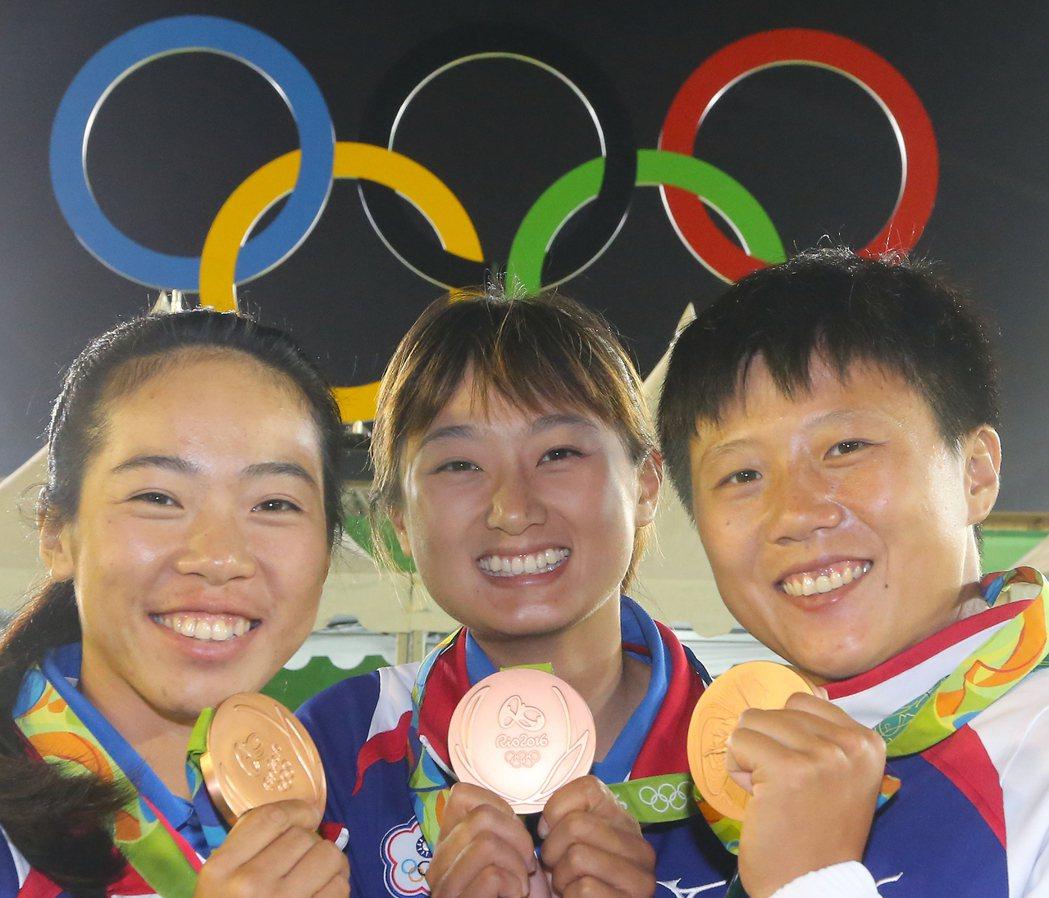 里約奧運女子團體射箭項目,中華隊譚雅婷(左起)、林詩嘉、雷千瑩在四強賽敗給強敵南...