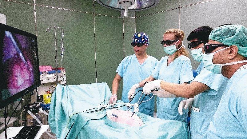 受訓學員在教授指導下進行手術練習。 圖/秀傳提供