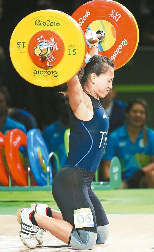 試舉失敗那一刻里約奧運女子舉重58公斤級比賽,我國女將郭婞淳試舉105公斤時...