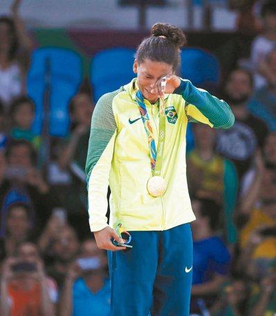 出生里約貧民窟的柔道女將席爾瓦奪下巴西第1金,站上頒獎台時喜極而泣。 歐新社