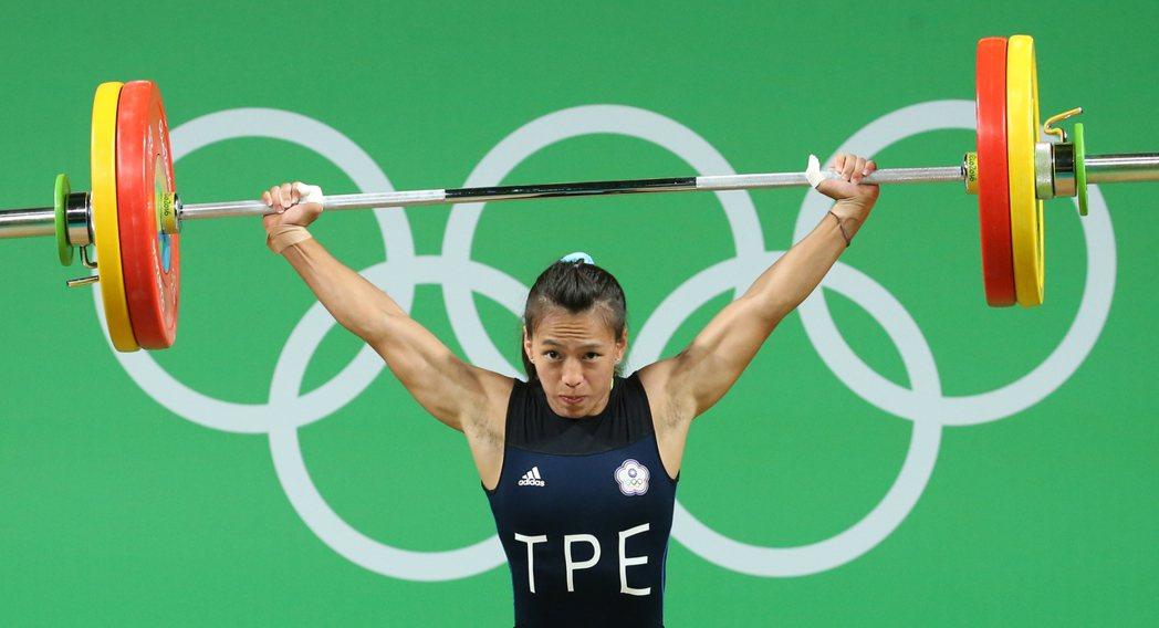 女子舉重選手郭婞淳上屆倫敦奧運獲第8,本屆里約奧運同樣角逐女子58公斤級,最後以...