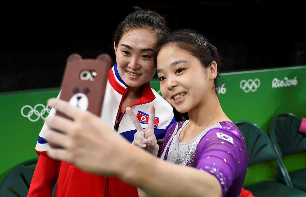 南北韓體操選手玩自拍。 路透