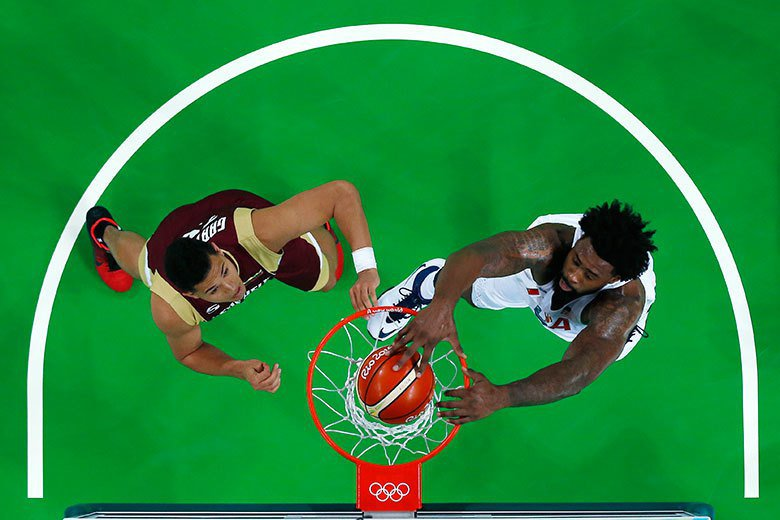 美國男籃中鋒喬丹(右)中對委內瑞拉的比賽中輕鬆灌籃得分。 美聯社