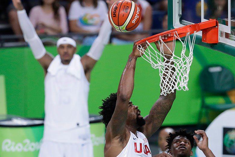喬丹(中)這種狂暴的灌籃手法連隊友巴特勒(右)都有點嚇到! 美聯社