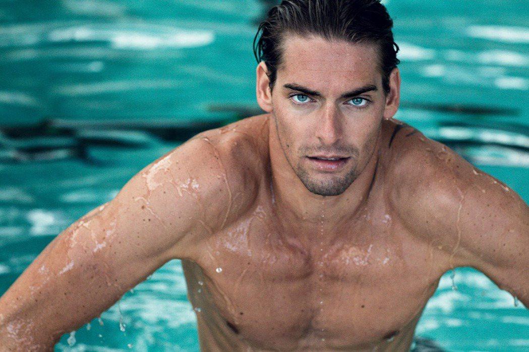 法國隊游泳好手卡米爾拉庫爾有著和西班牙超級男模Jon Kortajarena相似...