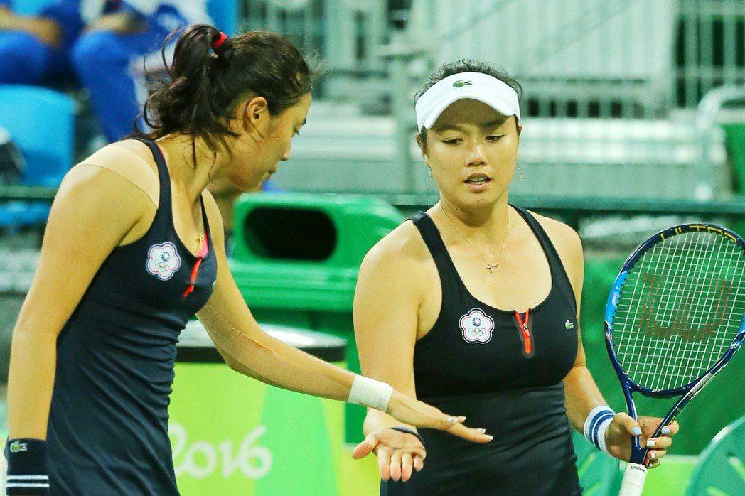 里約奧運網球女雙晚上舉行,詹詠然(右)與妹妹詹皓晴(左)擊敗英國代表,順利晉級。...