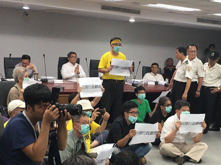 都委會審南鐵東移案 自救會集體離席抗議