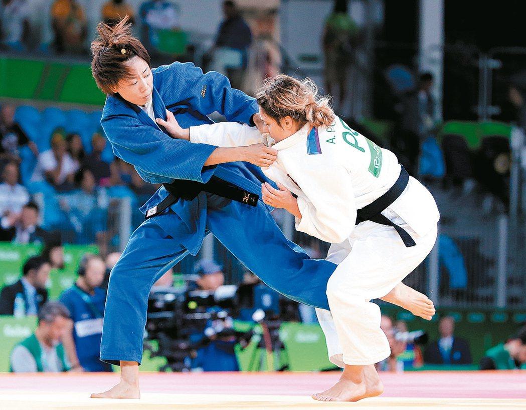 連珍羚(左)在奧運柔道女子57公斤級,於敗部銅牌戰面對2012年倫敦奧運金牌的日...