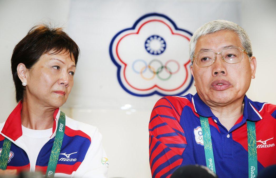 奧運中華代表團總領隊陳士魁(右)與中華奧會秘書長沈依婷(左)在台北時間9日晚上十...