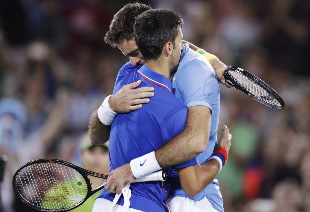 約克維奇(左)在里約奧運單打首輪提前出局,賽後擁抱對手迪爾波卓、但落淚痛哭。 美...