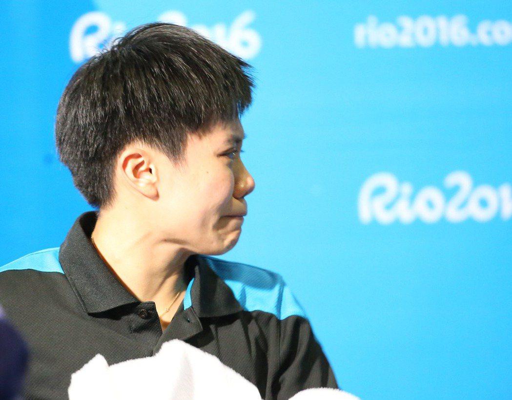 里約奧運女單桌球八強賽昨天舉行,我國鄭怡靜遭遇大陸李曉霞(世界排名第3的高手,2...